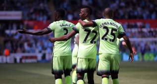 DL001. Swansea (United Kingdom), 12/05/2016.- Manchester City's Kelechi Iheanacho (cL) celebrates scoring the 1-0 with teammates during the English Premier League soccer match between Swansea City and Manchester City at the Liberty Stadium in Swansea, Wales, Britain, 15 May 2016. EFE/EPA/DIMITRIS LEGAKIS EDITORIAL USE ONLY. No use with unauthorized audio, video, data, fixture lists, club/league logos or 'live' services. Online in-match use limited to 75 images, no video emulation. No use in betting, games or single club/league/player publications.