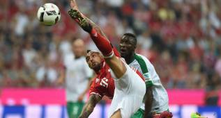 Bayern Munich's Chilian midfielder Arturo Vidal (L) and Bremen's defender Ludovic Lamine Sane (R) vie for the ball during the German first division Bundesliga football match between FC Bayern Munich vs SV Werder Bremen in Munich, southern Germany, on August 26, 2016.  / AFP PHOTO / CHRISTOF STACHE / RESTRICTIONS: DURING MATCH TIME: DFL RULES TO LIMIT THE ONLINE USAGE TO 15 PICTURES PER MATCH AND FORBID IMAGE SEQUENCES TO SIMULATE VIDEO. == RESTRICTED TO EDITORIAL USE == FOR FURTHER QUERIES PLEASE CONTACT DFL DIRECTLY AT + 49 69 650050