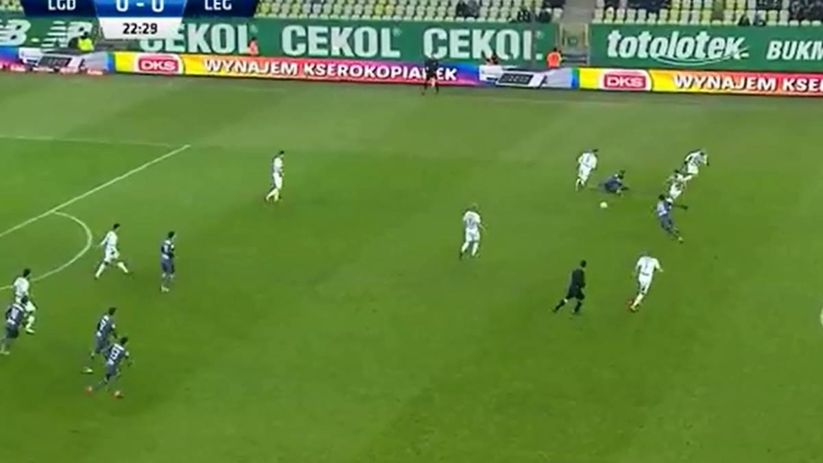 Imperdible  Esta fue la jugada de fútbol más absurda del año - AS Chile e7f07fe95fe