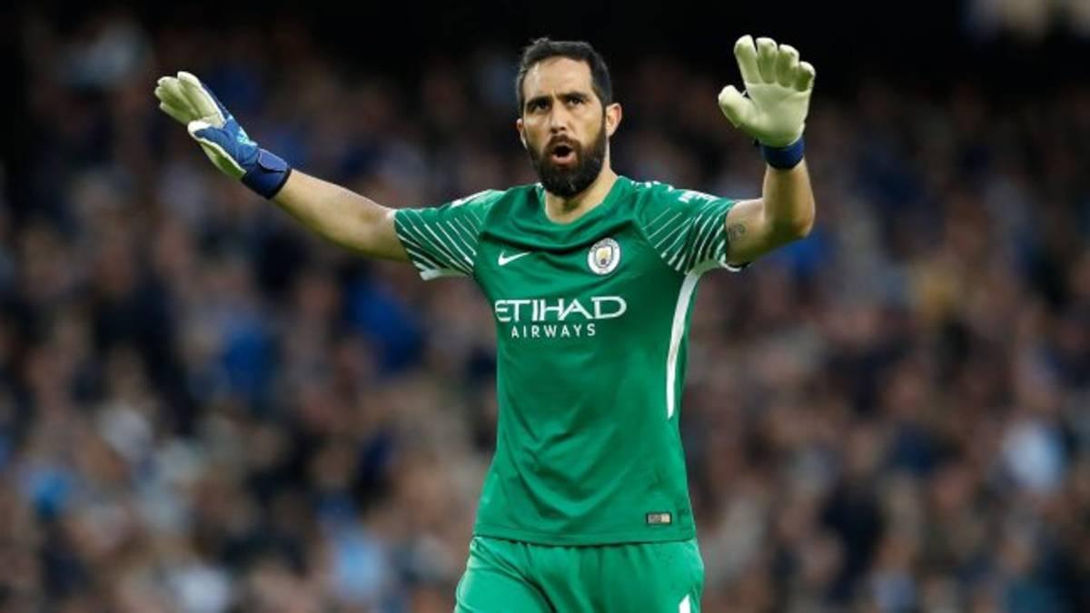 El notable gesto de Bravo con los hinchas del Manchester City - AS Chile