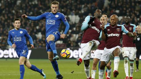 Leicester City's English striker Jamie Vardy (CL) vies with West Ham United's Senegalese striker Diafra Sakho (CR) during the English Premier League football match between West Ham United and Leicester City at The London Stadium, in east London on November 24, 2017. / AFP PHOTO / Ian KINGTON / RESTRICTED TO EDITORIAL USE. No use with unauthorized audio, video, data, fixture lists, club/league logos or 'live' services. Online in-match use limited to 75 images, no video emulation. No use in betting, games or single club/league/player publications.  /