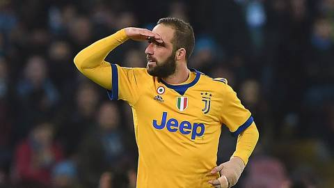 NAPLES, ITALY - DECEMBER 01:  Gonzalo Higuain of Juventus celebrates after scoring the 0-1 goal during the Serie A match between SSC Napoli and Juventus at Stadio San Paolo on December 1, 2017 in Naples, Italy.  (Photo by Francesco Pecoraro/Getty Images)